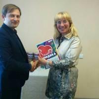 Координатор акції вручає подяку начальнику відділу освіти сільської ради за підтримку