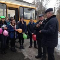 Сільський голова Володимир Кучма вручає ключі майбутньому водієві щойно придбаного автобуса