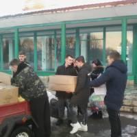 Майбутні захисники вантажать гуманітарну допомогу на Схід
