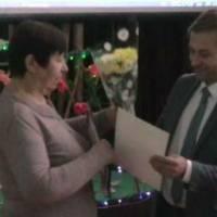 Начальник відділу освіти Пузирний Станіслав Семенович нагороджує почесною грамотою Поліщук Марію Яківну