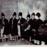 Elevii voloceni cu colindul la cosulat, a.2000