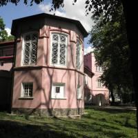 Палац барона де Зотта розташований у мальовничому парку