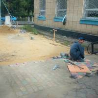 Облаштування прилеглої до тротуару території біля Укрпошти та Приватбанку.