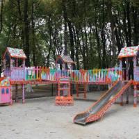 Ігровий комплекс  в парку на оновленому дитячому майданчику