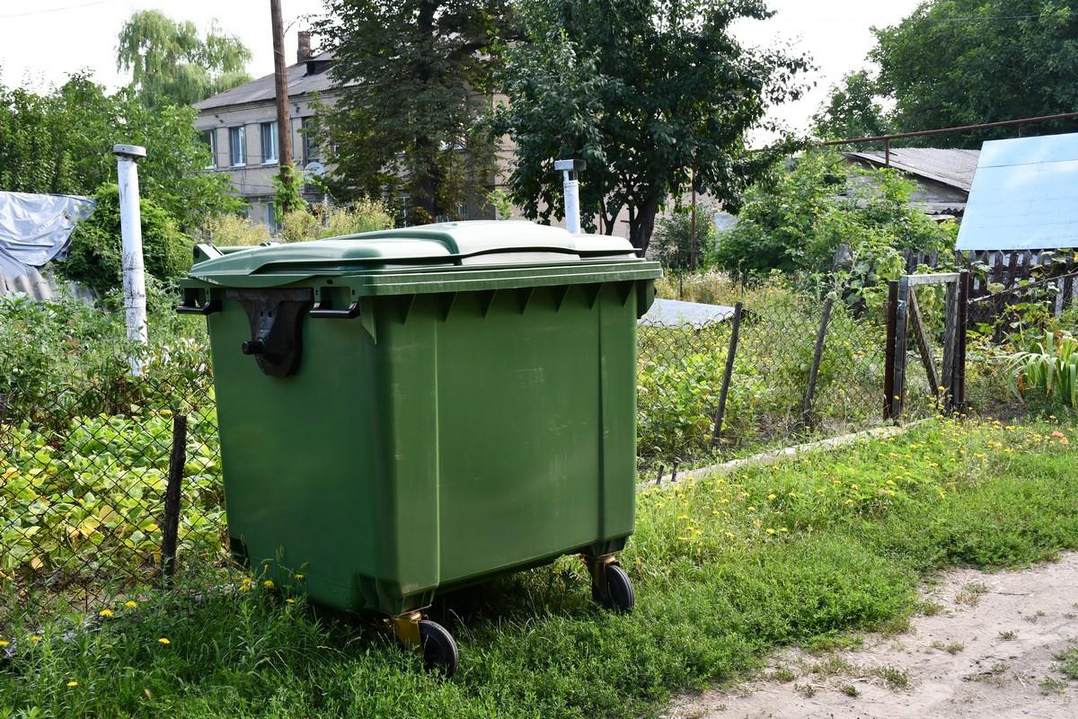 У Приютівці на територіях багатоквартирних будинків встановлюють євроконтейнери для сміття