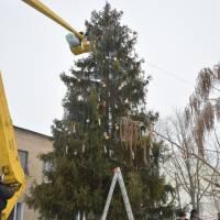 Працівники комунальних підприємств знімають прикраси, гірлянди з новорічної ялинки поблизу зупинки