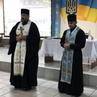 Парохи села Підгородне св. отці Анатолій та Іван благословляють присутніх