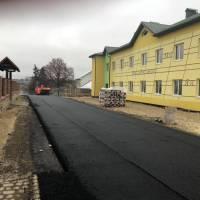Біля новозбудованої школи в Підгородньому укладають асфальт