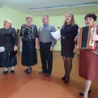 Очільник МихайлівськоїОТГ разом з учаниками художньої самодіяльності Мала -Нехвороща вітають односельців