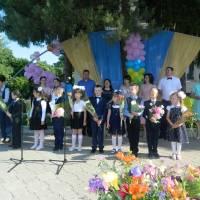 Випускників вітають першокласники школи № 2 ім. Михайла Драгоманова