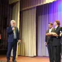 заступник голови районної ради Микола Парфеня дякує Павлу Дворському із синами за виступ