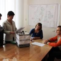 Паперові бюлетені голосування у опечатаній скриньці