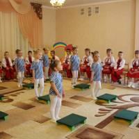 Степ - аеробіка з дітьми середньої групи інструктора з фізичного виховання Селещук О. І.