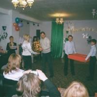 Вірковський В.П. вручає завідувачу Іващенко Л.С. подарунок на 20 ювілей садка