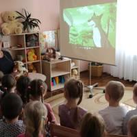 Вихованці Оліфірович Н.В. слухають цікаву розповідь.