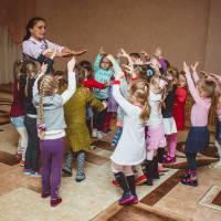 Мірецька В.Є. вчить мистецтву танцю.