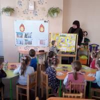 Миколайчук О.М. розповідає малюкам про правила безпеки