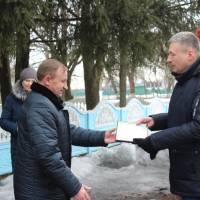 Віктор Юрченко вручає Грамоту  районної ради Сергію Фірсову