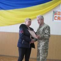 Військовий комісар Ігор Співак вручає Почесну Грамоту волонтеру, депутату райради Ларисі Даценко