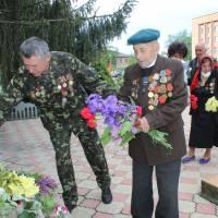 квіти до пам'ятника переможцям