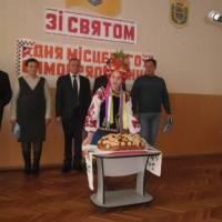 2018 рік. Наступної миті найдосвідченіший сільський голова Сергій Сирота  розріже коровай