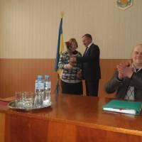 Голова райради Віктор Юрченко вітає Аллу Шевченко з перемогою в обласних змаганнях
