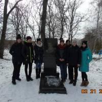 Учні Ковалівської школи відвідали могилу славетного байкаря