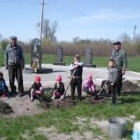 Учні Грушинської ЗОШ І ст. разом із головою ради ветеранів Сайком І.Ф. займаються благоустроєм села