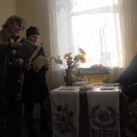 Відвідувачі бібліотеки Келембет Володимир та Міхно Ніна знайомляться із матеріалами виставки