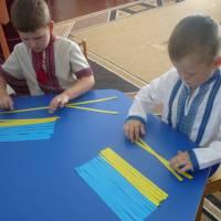Вихованці старшої групи складають прапор із смужок