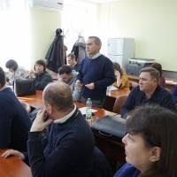 На питання гостей щодо організації роботи комунальної сфери відповідає Сергій Пономарьов