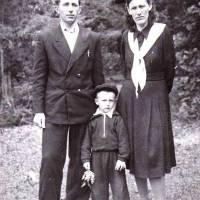 Ф.Роговий із дружиною та старшим сином Борисом (1952-1960). Устимівський дендропарк.