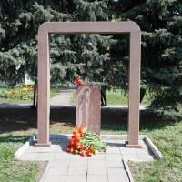 Біля Пам'ятного знаку учасникам ліквідації наслідків аварії на ЧАЕС