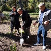 Михайло Григорович висаджує молоді саджанці дерев у дендропарку села Устимівки з нагоди святкування 125-річчя дендрологічного парку