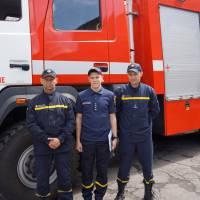 Андрій Гречаний, начальник караулу (по центру) з іншими рятувальниками, які приймали участь в ліквідації пожежі