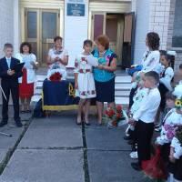 Савченко В.В. ,сільський голова нагороджує кращих учнів.2016 рік.