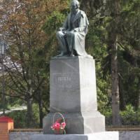 Пам'ятник М. В. Гоголю у центрі села