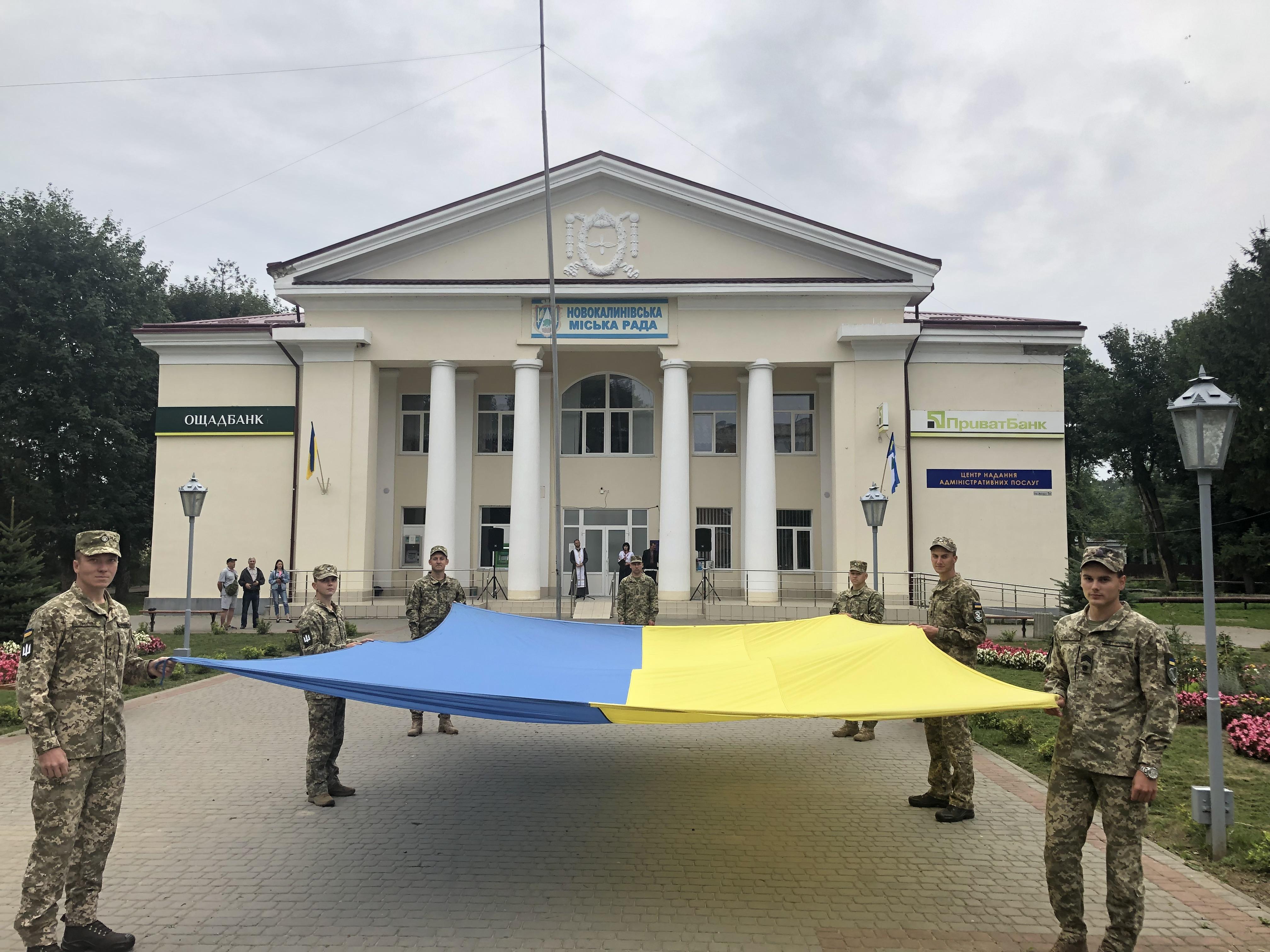 V NOVOMU KALYNOVI UROChYSTO PIDNIaLY DERZhAVNYI PRAPOR UKRAINY