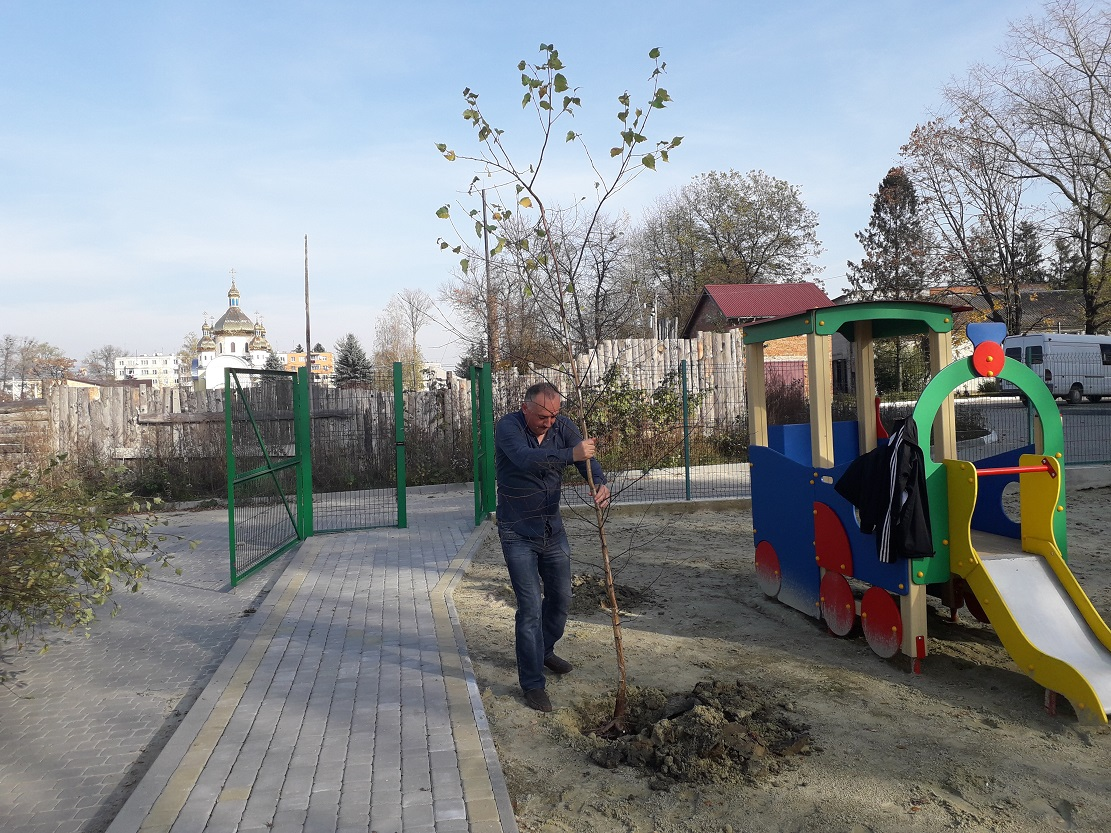 Bohdan Yuzviak vysadka berizok bilia sadochku v m. Novyi Kalyniv