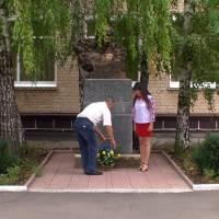 Покладання квітів до погруддя Т.Г. Шевченка (КЗ «Веселівська ЗОШ І-ІІІ ст. № 1)