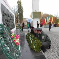 покладання квітів до меморіалу
