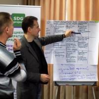 Експерт-проекту-Віталій-Лисенко-аналізує-результати-практичної-роботи-учасників