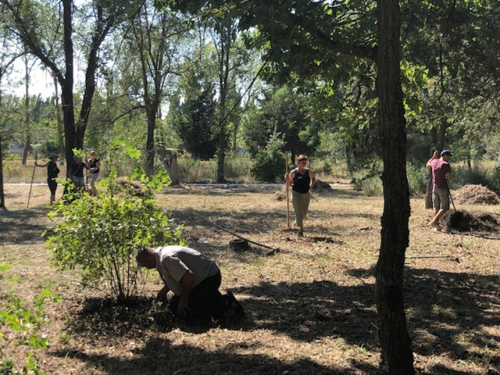 Скадовские чиновники с лопатами и граблями вышли в парк