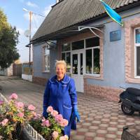 Парад тюльпанів на березі водойми з голубами… і не тільки