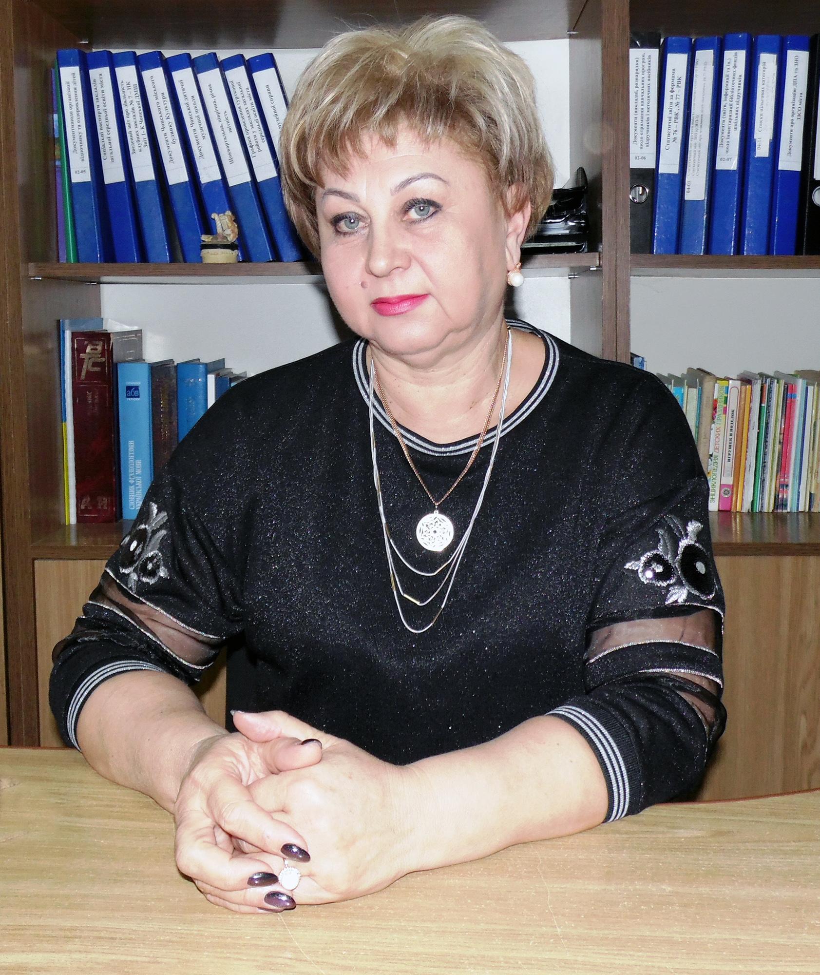 Лугова Марія Орестівна - начальник управління освіти, культури, молоді і спорту Чопської міської ради