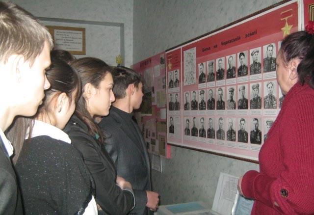 Пошуківці із Т. М. Курінною в кімнаті Бойової слави Мліївської середньої школи N1. Цю кімнату створила Курінна ще 1988 р, працюючи вчителем історії. Нині кімната-музей школи.