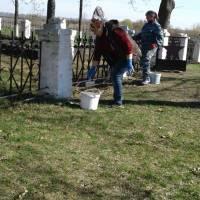 Прибирання території Братської могили