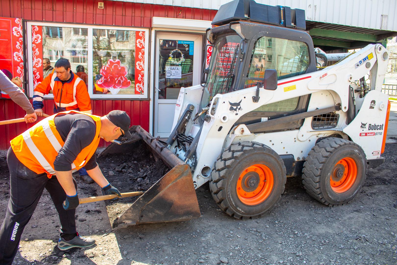Продовжується ремонт дороги та тротуарів у смт. Власівка