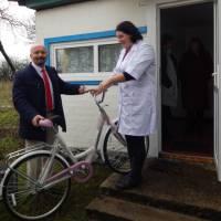 Для завідуючої ФАПу с.Карасин придбали велосипед
