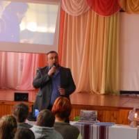 Сергій Міщук виконує пісню